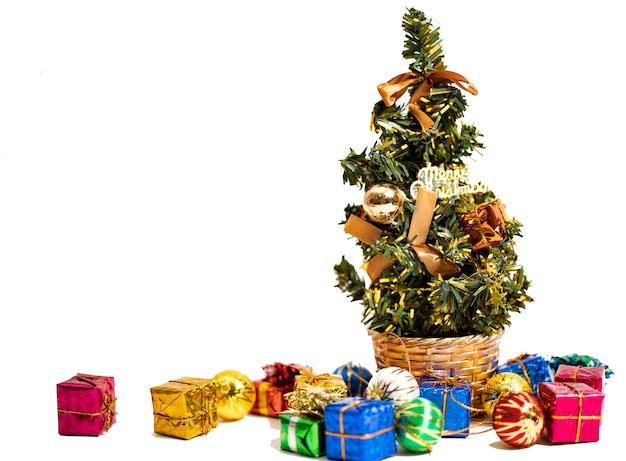 Weihnachtshintergrund mit dekorationen und geschenkboxen mit kopienraum
