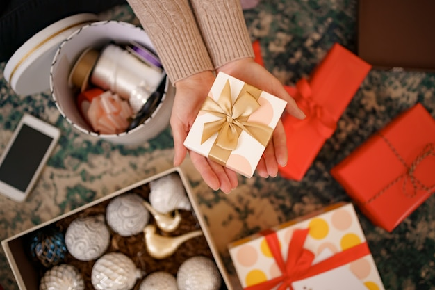 Weihnachtshintergrund mit dekorationen und geschenkboxen.