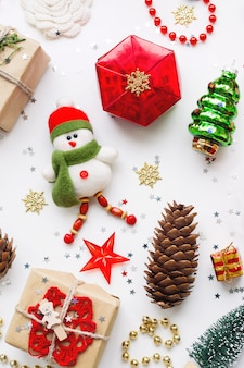 Weihnachtshintergrund mit dekorationen.