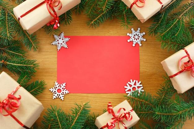 Weihnachtshintergrund mit dem leeren notizbuch umgeben durch weihnachtsdekorationen.