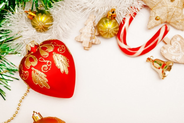 Weihnachtshintergrund mit einer roten weihnachtsdekoration. atelieraufnahme