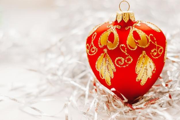 Weihnachtshintergrund mit einer roten weihnachtsdekoration