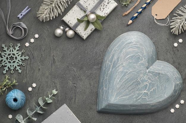 Weihnachtshintergrund mit eingewickelten geschenken