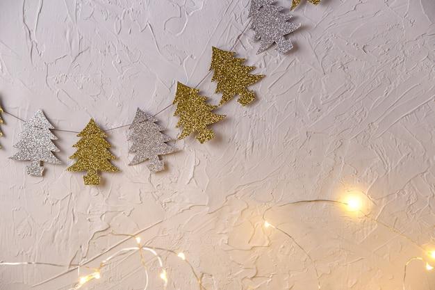 Weihnachtshintergrund mit feiertagssymbol von girlanden in form von weihnachtsbäumen