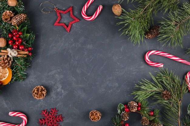 Weihnachtshintergrund mit festlichen dekorationen und zuckerstangen.