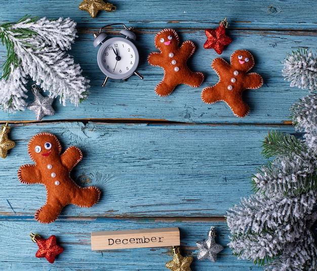Weihnachtshintergrund mit filzlebkuchenmann