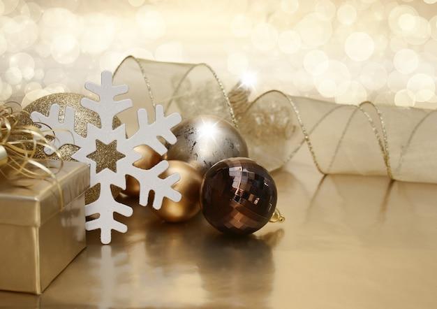Weihnachtshintergrund mit geschenk und kugeln