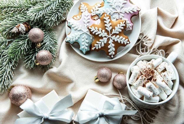 Weihnachtshintergrund mit geschenkbox, kakao und lebkuchen. weißer hölzerner hintergrund.