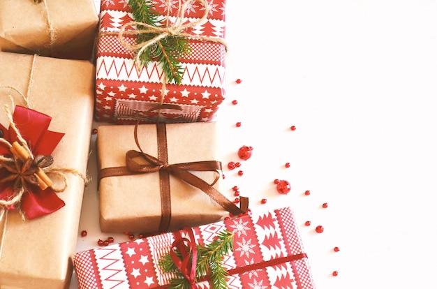 Weihnachtshintergrund mit geschenkboxen für den feiertag