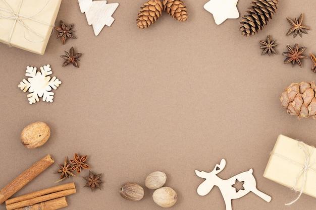 Weihnachtshintergrund mit geschenkboxen kegeln aus holzspielzeug und gewürzen