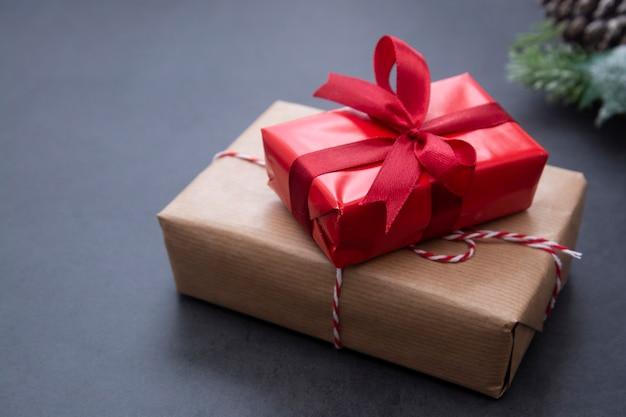 Weihnachtshintergrund mit geschenkboxen, tannenzweigen und kiefernkegeln. winterferien.