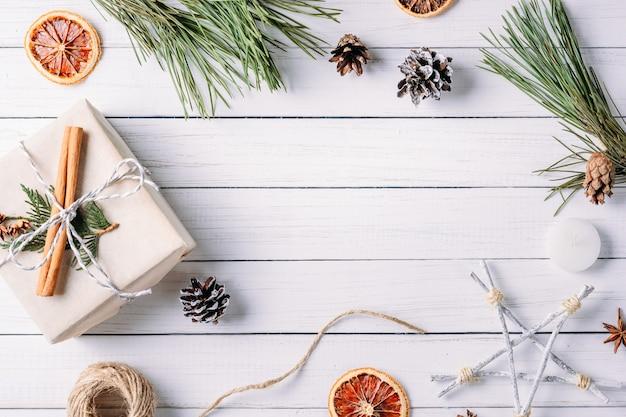 Weihnachtshintergrund mit geschenkboxen und dekorationen