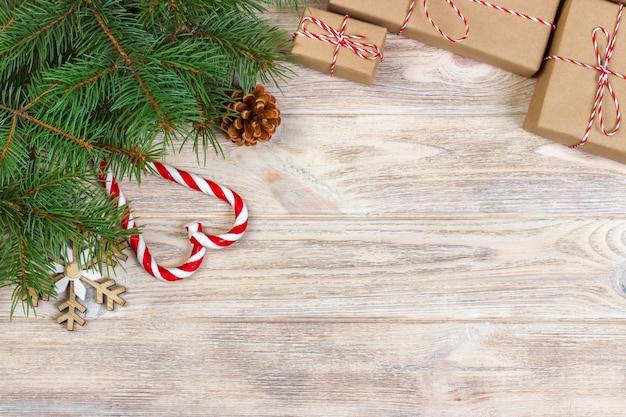 Weihnachtshintergrund mit geschenken und dekoration