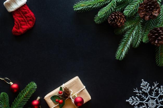 Weihnachtshintergrund mit geschenken und dekorationen