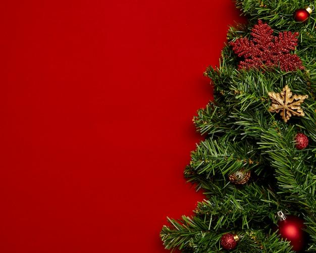 Weihnachtshintergrund mit girlanden auf rotem hintergrund