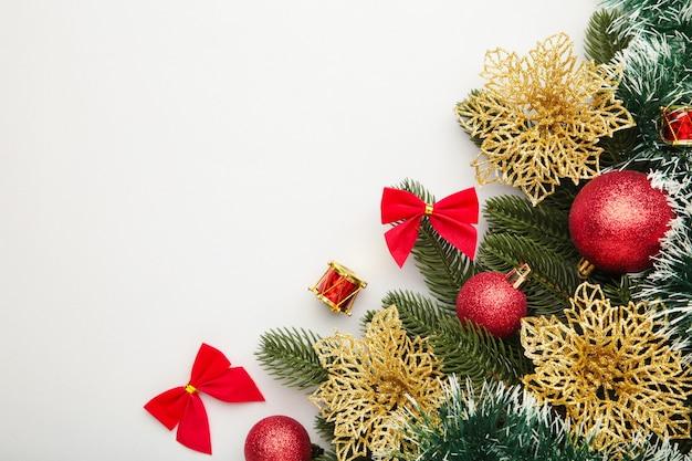 Weihnachtshintergrund mit gold- und rotdekorationen. draufsicht.