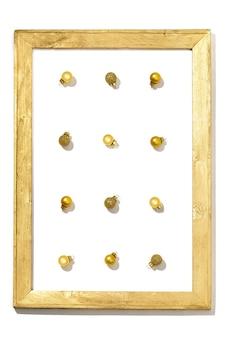 Weihnachtshintergrund mit goldenen kleinen kugeln im gemalten hölzernen rahmen winterferienkonzept