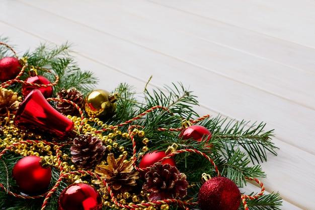 Weihnachtshintergrund mit goldenen perlen und roten verzierungen, kopienraum