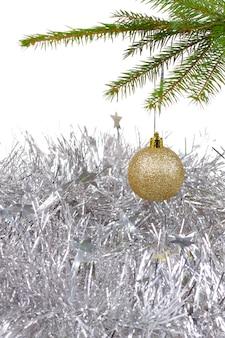 Weihnachtshintergrund mit goldener dekorkugel
