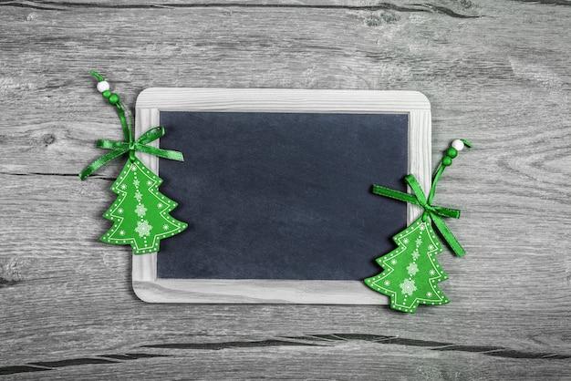 Weihnachtshintergrund mit grünen schmuckstücken, textraum