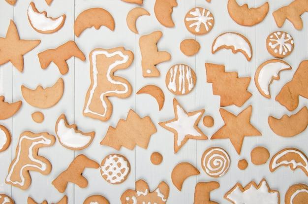 Weihnachtshintergrund mit hausgemachten keksen auf dem tisch