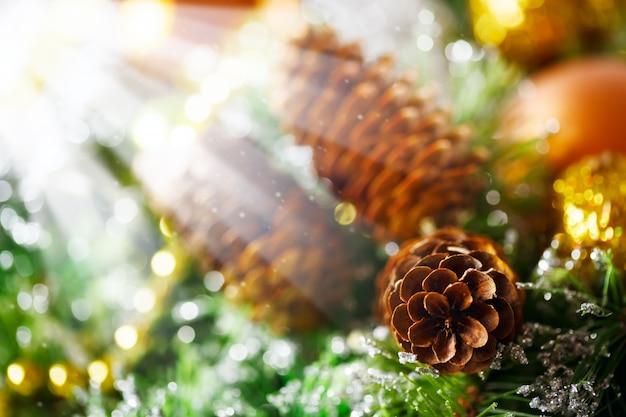 Weihnachtshintergrund mit heller dekoration