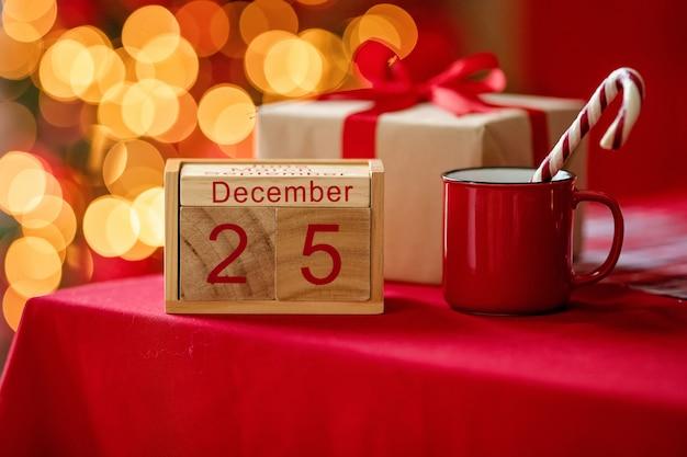 Weihnachtshintergrund mit kalender vom 25. dezember
