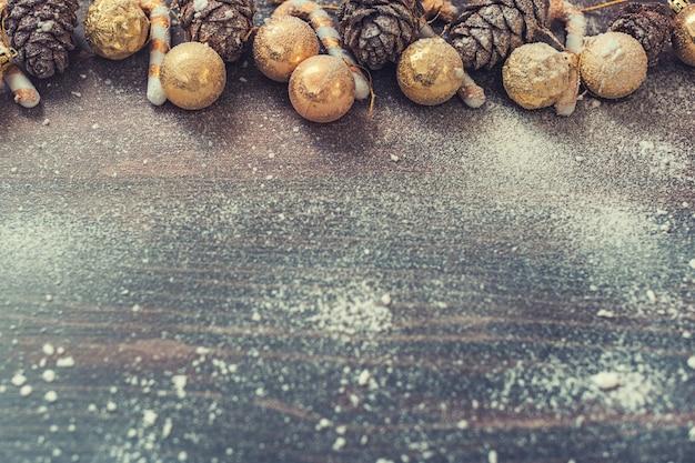 Weihnachtshintergrund mit kiefernkegeln und weihnachtsdekorationen