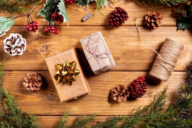 Weihnachtshintergrund mit kleinen geschenken