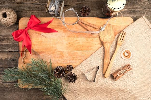 Weihnachtshintergrund mit küchenzubehör.