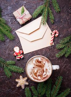 Weihnachtshintergrund mit latte und buchstaben