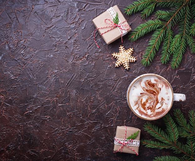 Weihnachtshintergrund mit latte und geschenkboxen