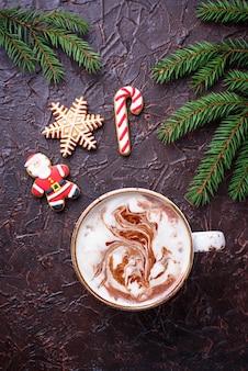 Weihnachtshintergrund mit latte- und lebkuchenplätzchen