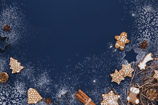 Weihnachtshintergrund mit lebkuchen und dekorationen auf marine