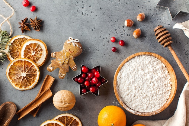Weihnachtshintergrund mit lebkuchen- und ingwerplätzchenbestandteilen kopieren raum