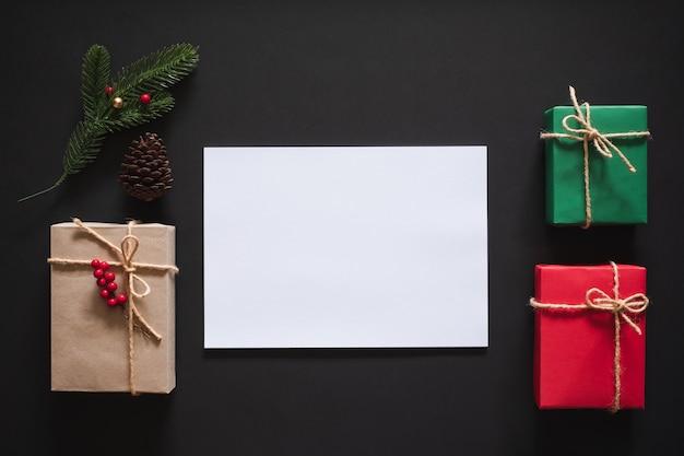 Weihnachtshintergrund mit leerer leerer kopie raum weiße box für text mit geschenkbox