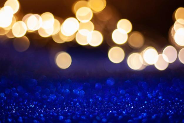 Weihnachtshintergrund mit lichtern und blauem funkeln