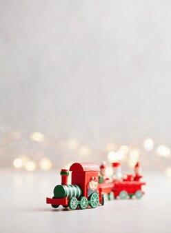 Weihnachtshintergrund mit miniaturspielzeugzug
