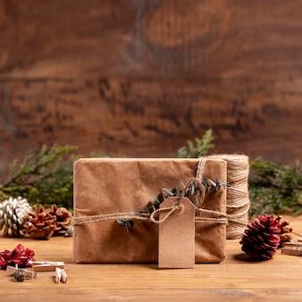 Weihnachtshintergrund mit mysteriösem geschenk