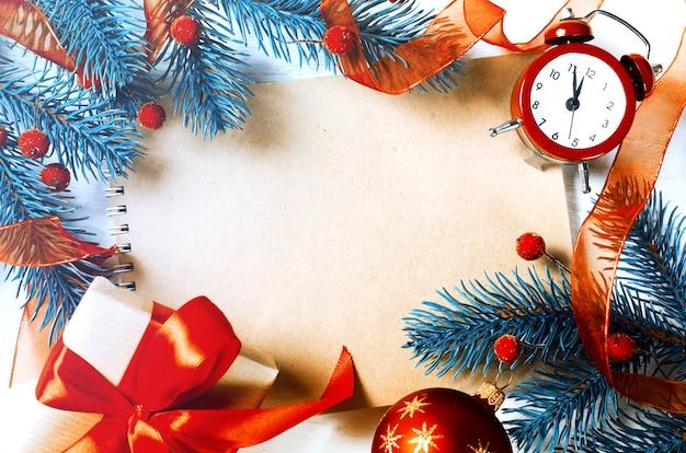 Weihnachtshintergrund mit notizbuch und uhr.