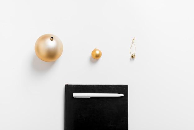 Weihnachtshintergrund mit notizbuch