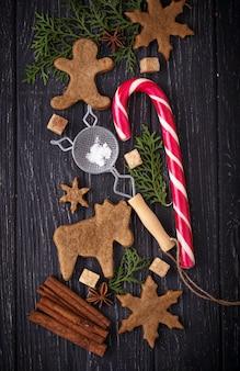 Weihnachtshintergrund mit plätzchen, baum und zimt. tiefenschärfe, draufsicht