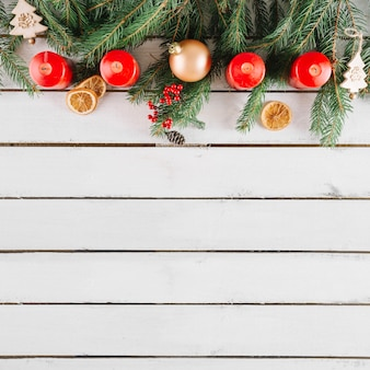Weihnachtshintergrund mit raum auf unterseite