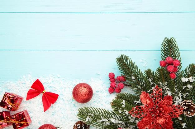 Weihnachtshintergrund mit roten dekorationen