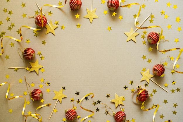 Weihnachtshintergrund mit roten verzierungen, kugeln, konfetti. weihnachtsfeiertagsfeier, winter, neujahrskonzept.