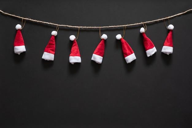 Weihnachtshintergrund mit roten weihnachtsmützen