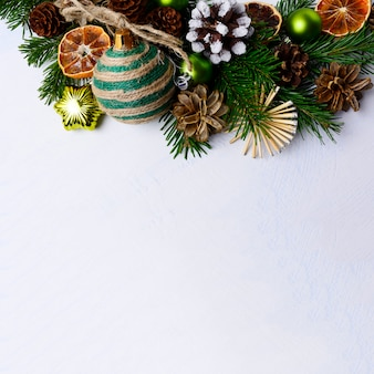 Weihnachtshintergrund mit rustikalen verzierungen und getrockneten orange scheiben