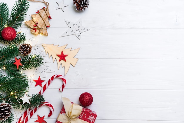 Weihnachtshintergrund mit süßigkeit und spielwaren