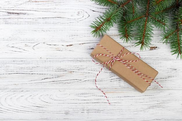 Weihnachtshintergrund mit tannenbaum, geschenkbox und dekor.