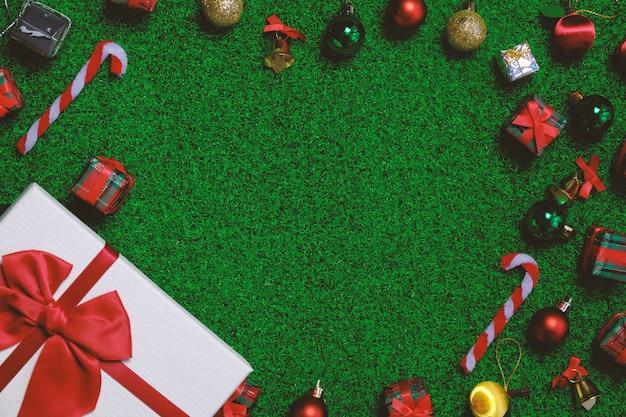 Weihnachtshintergrund mit tannenbaum und dekor. draufsicht flachlage mit kopierraum.